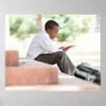 Lectura del muchacho en pasos fuera de la escuela, poster