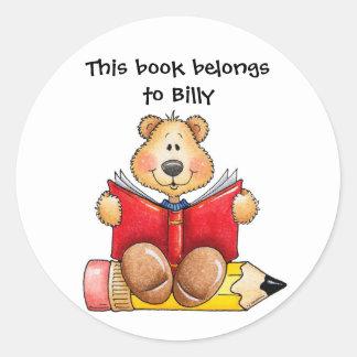 Lectura del oso de peluche pegatina redonda