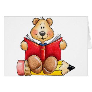 Lectura del oso de peluche tarjeton