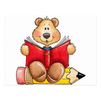 Lectura del oso de peluche tarjeta postal