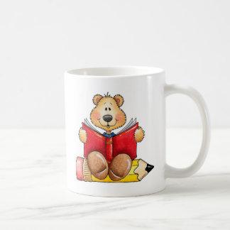 Lectura del oso de peluche tazas de café