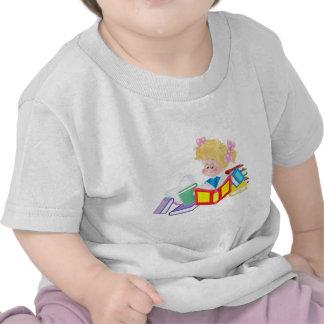 lectura linda del chica camiseta