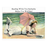 Lectura mientras que usted toma el sol humor tarjeta postal