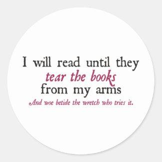 Leeré hasta que rasguen los libros de mis brazos etiquetas redondas