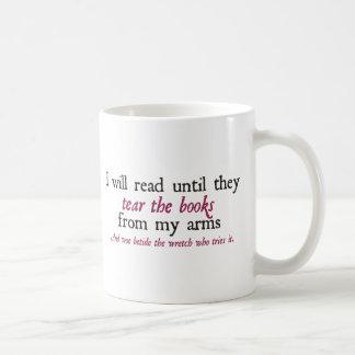 Leeré hasta que rasguen los libros de mis brazos taza de café