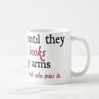 Leeré hasta que rasguen los libros de mis brazos taza clásica