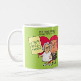 Legalice el dibujo animado verde del matrimonio taza