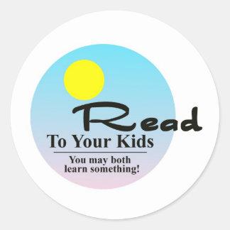 Leído a sus niños pegatina redonda