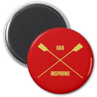 Lema inspirador del remo y remos cruzados rojos imán redondo 5 cm