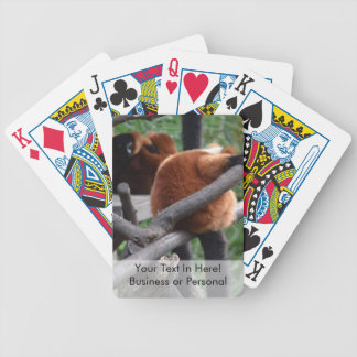 Lemur hinchado rojo que cuelga en la visión baraja de cartas
