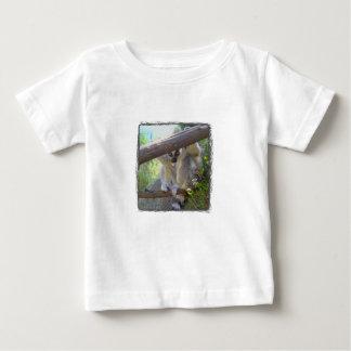 Lemur que mira a escondidas la camiseta del bebé playera