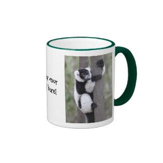 Lemur superado blanco y negro en árbol tazas de café