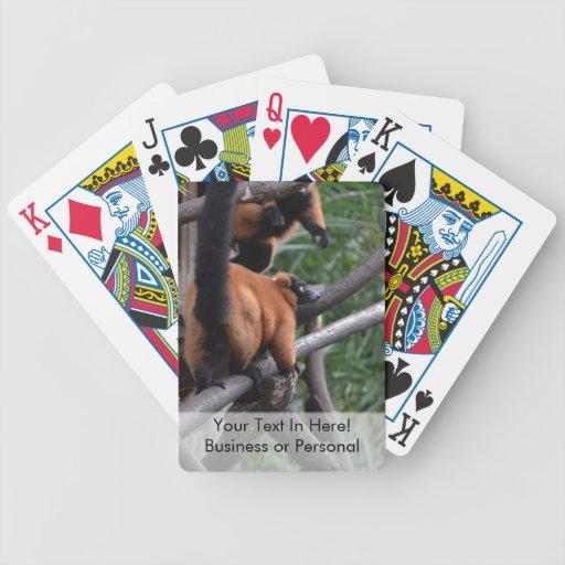 Lemur superado rojo confiado en rama baraja cartas de poker