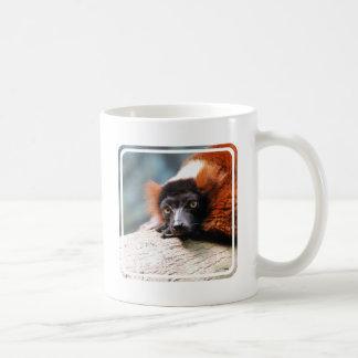 Lemur superado rojo de reclinación taza clásica