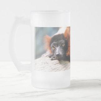 Lemur superado rojo de reclinación taza de cristal
