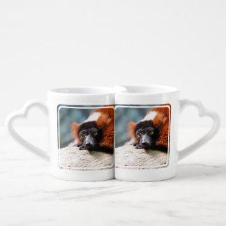 Lemur superado rojo de reclinación taza para enamorados