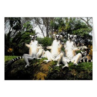 Lemurs atados anillo que calientan en primavera tarjeta de felicitación