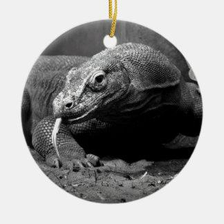 lengua blanco y negro del dragón de komodo hacia ornamentos de navidad