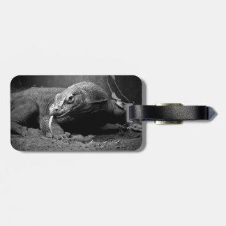lengua blanco y negro del dragón de komodo hacia f etiqueta para maleta