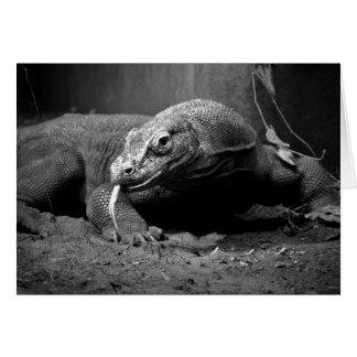 lengua blanco y negro del dragón de komodo hacia f tarjeta pequeña