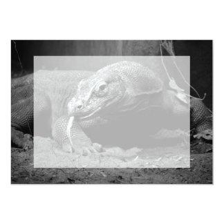"""lengua blanco y negro del dragón de komodo hacia invitación 5"""" x 7"""""""