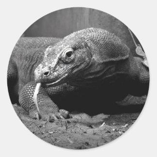 lengua blanco y negro del dragón de komodo hacia etiqueta redonda