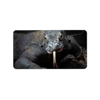 lengua del dragón de komodo hacia fuera drooling etiqueta de dirección