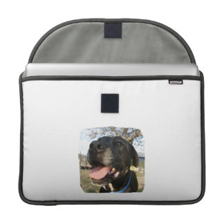 Lengua del rosa del perro negro que sonríe en cáma funda para macbook pro