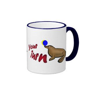 Leo quiere jugar taza de café