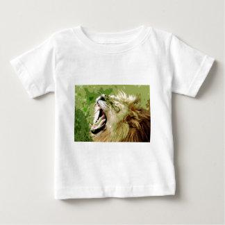 León africano que ruge camisas