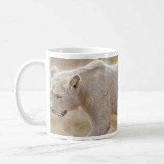 León blanco de vagabundeo del africano taza