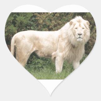 León blanco majestuoso pegatina en forma de corazón