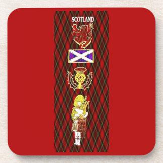 León, cardo, bandera y gaitero escoceses en el tar posavaso