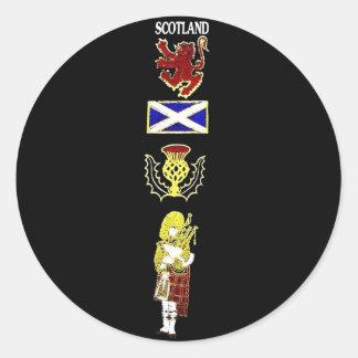 León, cardo, bandera y gaitero escoceses en tartán pegatina redonda