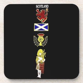 León, cardo, bandera y gaitero escoceses en tartán posavasos