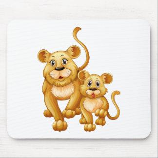 León de la madre y pequeño cachorro mousepad