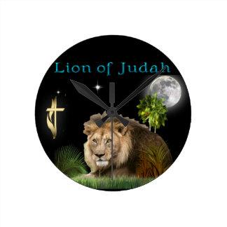 León de los regalos y de la ropa cristianos de reloj redondo mediano