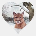León de montaña en nieve pegatina corazón