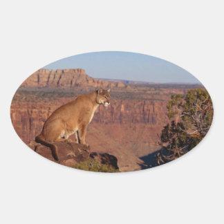 León de montaña pegatina ovalada