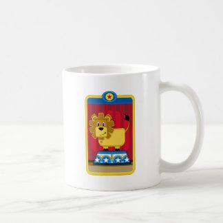 León del circo del dibujo animado en el podio tazas