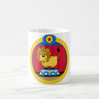 León del circo del dibujo animado en el podio taza