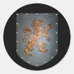 León del escudo del metal pegatina redonda