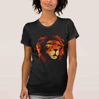 León del fuego - rey africano del león de la selva camisetas