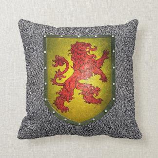 León del rojo del escudo del metal del fondo de cojín decorativo