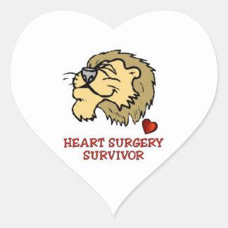León del superviviente de la cirugía de corazón pegatina en forma de corazón