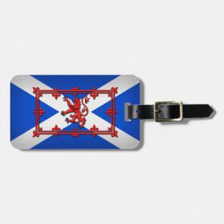 León desenfrenado en bandera escocesa etiqueta de maleta