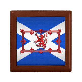 León desenfrenado en bandera escocesa joyero cuadrado pequeño