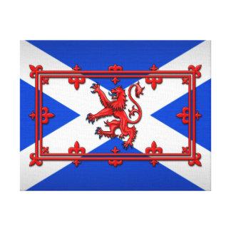 León desenfrenado en bandera escocesa lienzo envuelto para galerías