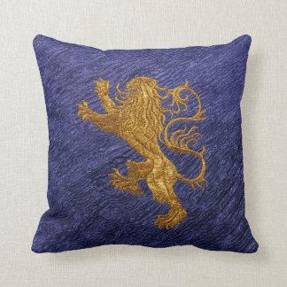 León desenfrenado - oro en azul cojín decorativo