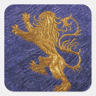 León desenfrenado - oro en azul pegatina cuadrada